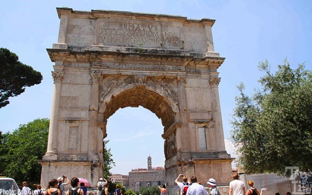 Arco de Tito frames the eastern entrance to the Forum