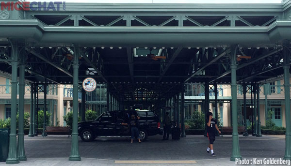 Port Orleans French Quarter's porte-cochère main entrance.