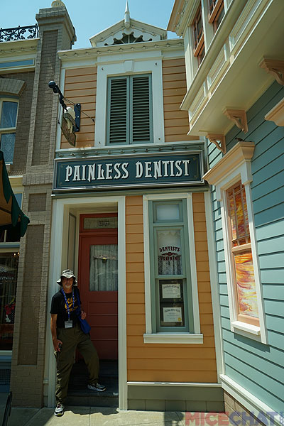 Disneyland Anaheim has four different humorous recordings episodically emanating from windows on Center Street; HKDL's Center Street has only one, the Dentist, though it is well done.