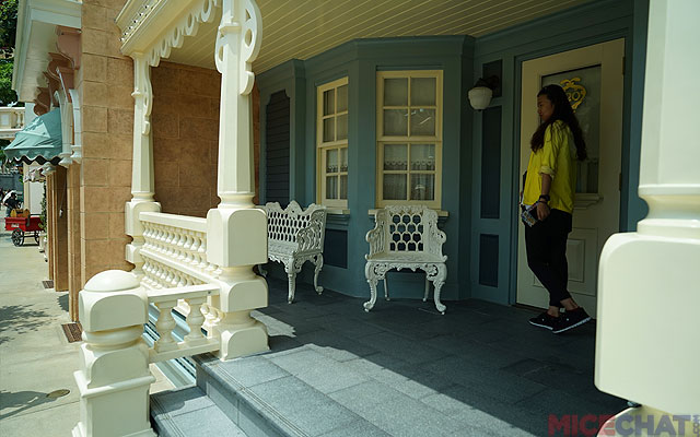 There is both a silhouette shop and a porch for peoplewatching – just like Disneyland.